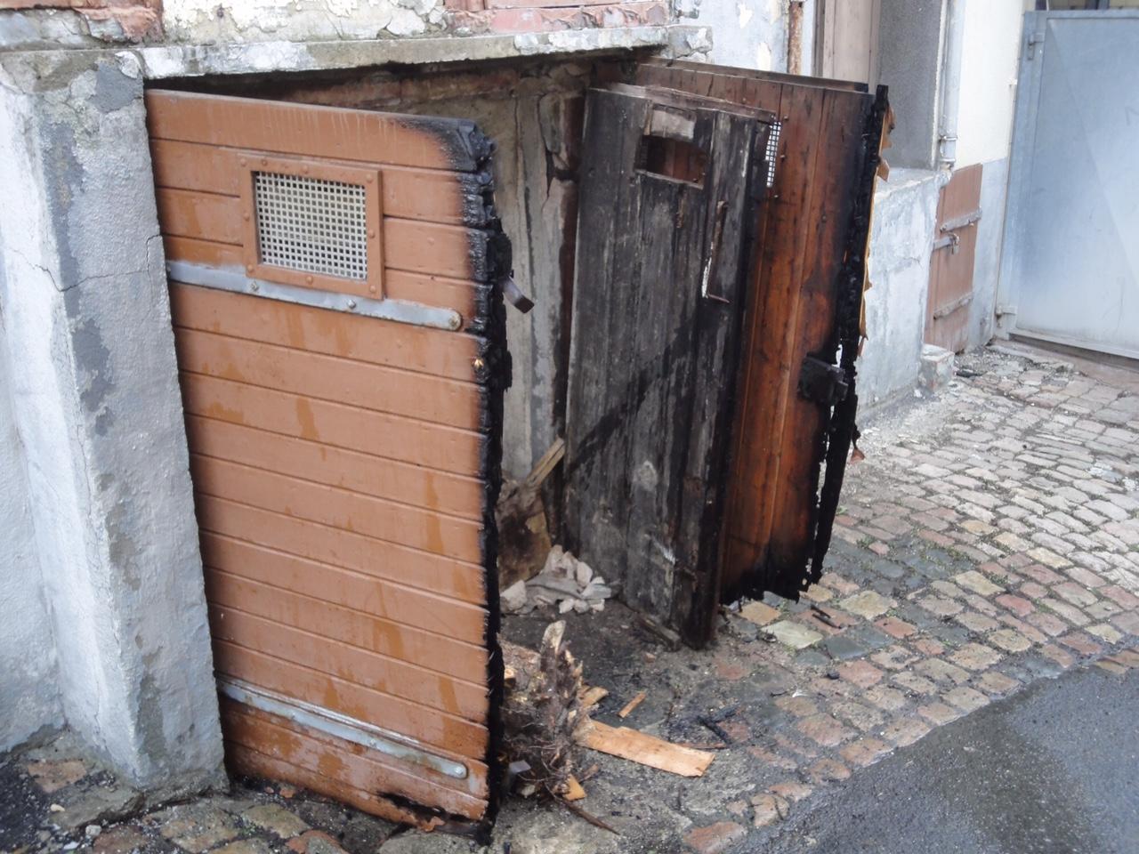 Brand einer Außentür in Hallgarten